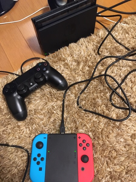 任天堂のゲーム機のswitchにps4のコントローラーを使っている画像