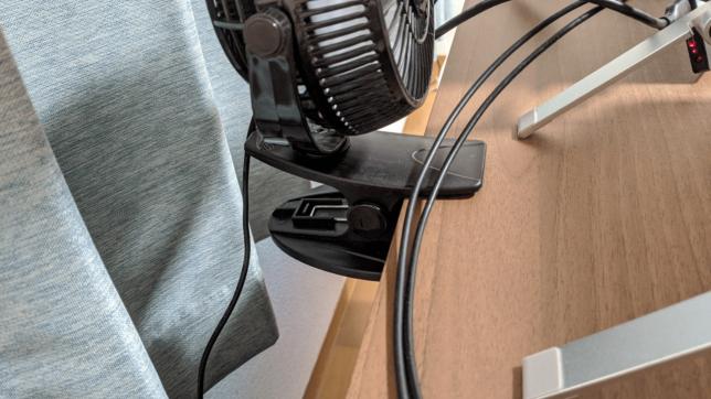 USB型扇風機を机にひっかけている画像
