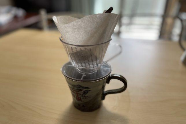 コーヒー豆をカップで蒸す